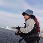 マルコスが東京湾で釣りをしている画像