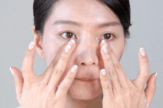 ミコブルームを顔に伸ばしている画像
